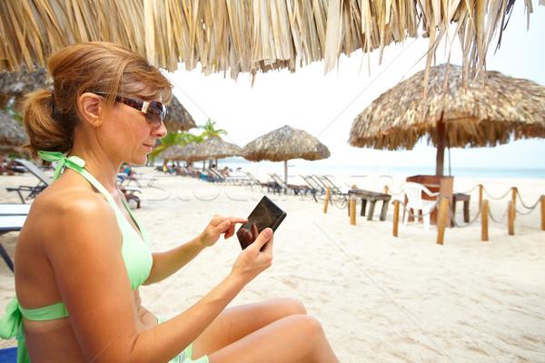 Mulher praia férias telefone feliz Foto stock © Kurhan
