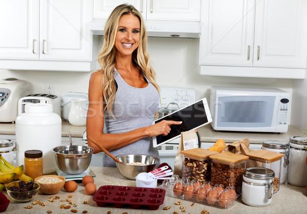 Dziewczyna gotowania przepis młoda kobieta kuchnia Zdjęcia stock © Kurhan