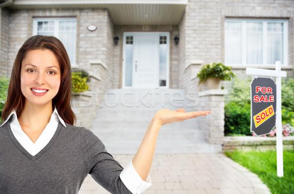 Agent immobilier femme maison vente maison Photo stock © Kurhan