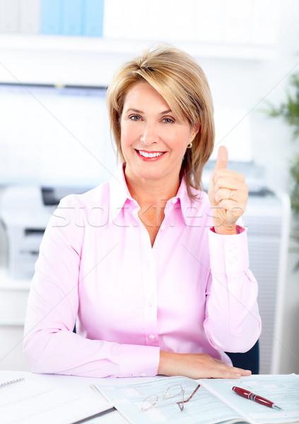 Foto stock: Mujer · de · negocios · sonriendo · de · trabajo · moderna · oficina · negocios