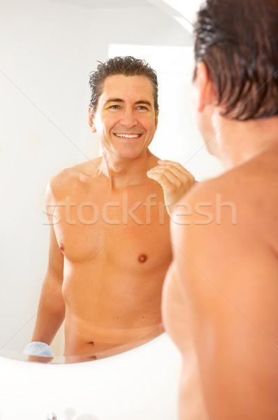 Férfi mosolyog jóképű férfi fürdőszoba víz divat Stock fotó © Kurhan