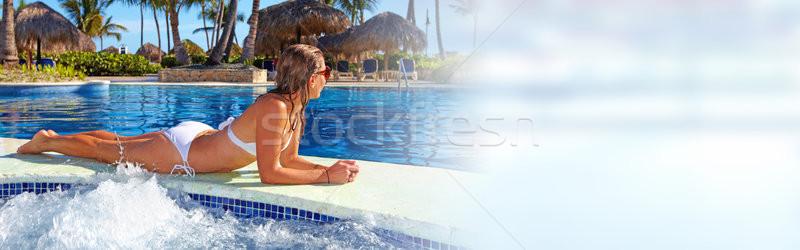Kadın havuz güzel bir kadın rahatlatıcı yüzme havuzu tatil Stok fotoğraf © Kurhan