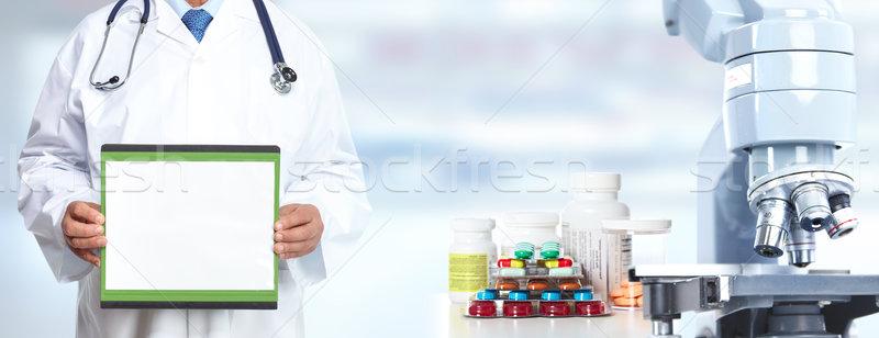 Orvos kezek mikroszkóp tabletták orvosi egészségügy Stock fotó © Kurhan