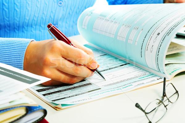 Donna d'affari riempimento documento mani fiscali forma Foto d'archivio © Kurhan