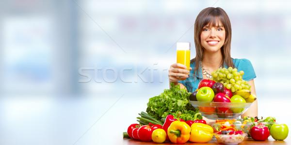 Jovem saudável mulher suco de laranja frutas vegetariano Foto stock © Kurhan