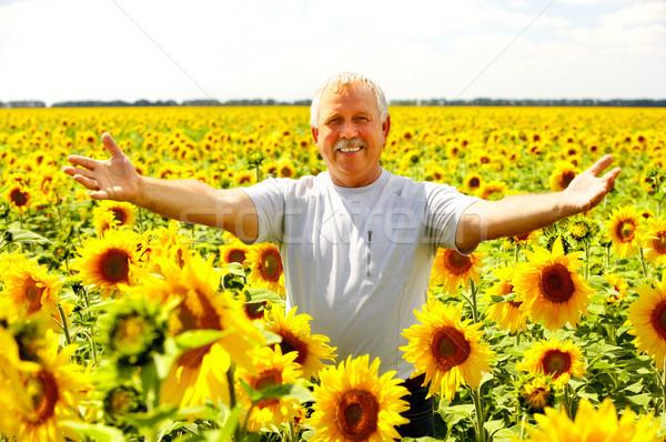 Stockfoto: Glimlachend · ouderen · man · gelukkig · outdoor · bloemen