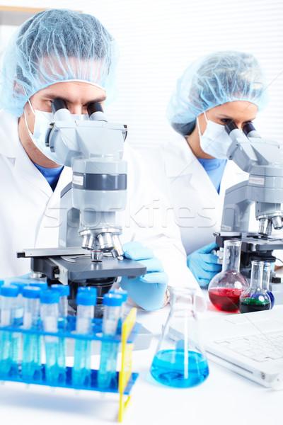 Laboratorium vrouw man werken microscoop student Stockfoto © Kurhan