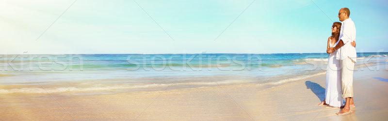 çift plaj seven bakıyor okyanus gökyüzü Stok fotoğraf © Kurhan