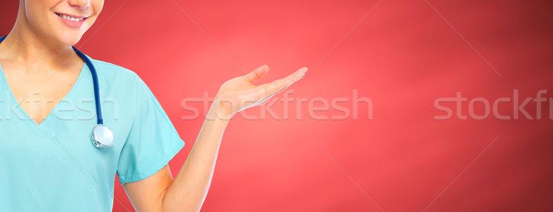 Verpleegkundige presenteren exemplaar ruimte jonge glimlachend handen Stockfoto © Kurhan