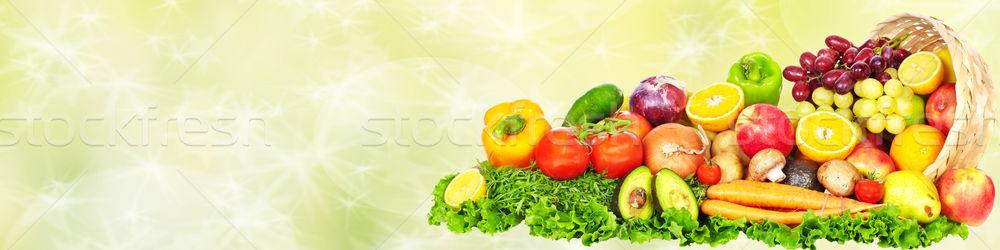Zöldségek gyümölcsök zöld friss zöldségek egészséges étrend háttér Stock fotó © Kurhan