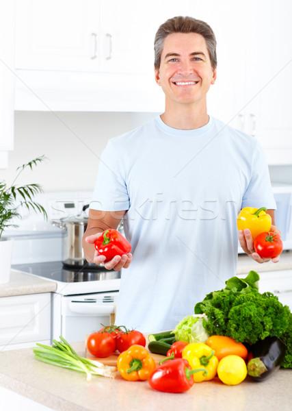 Cocina adulto sonriendo hombre cocina alimentos Foto stock © Kurhan