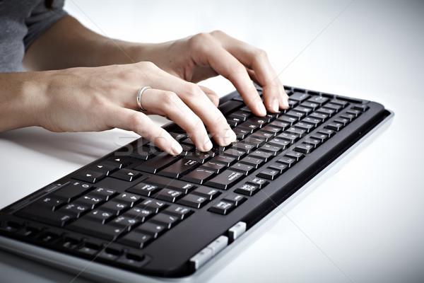 Billentyűzet számítógép billentyűzet nő kezek gépel üzenet Stock fotó © Kurhan