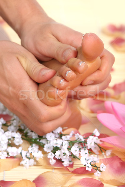Vrouwelijke voeten massage bloemen meisje hand Stockfoto © Kurhan