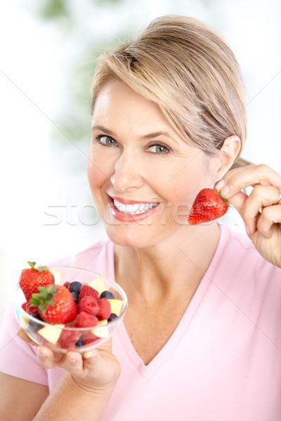 Stok fotoğraf: Kadın · olgun · gülümseyen · kadın · yeme · çilek · gıda