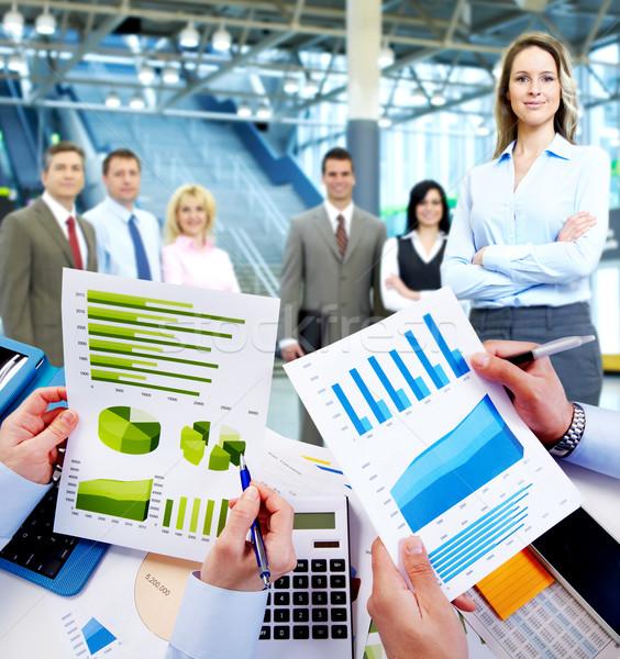 Geschäftsleute arbeiten Graphen finanziellen Business Sitzung Stock foto © Kurhan