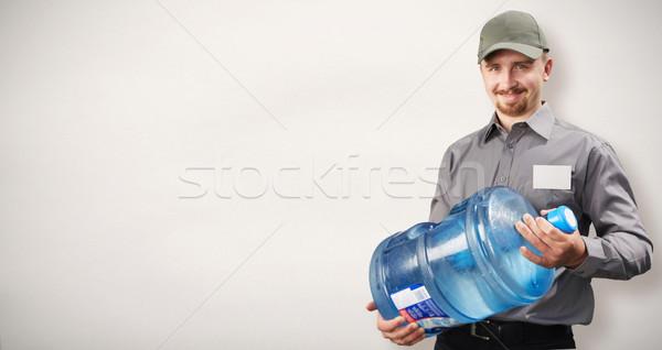 Homem garrafa água potável água entrega serviço Foto stock © Kurhan