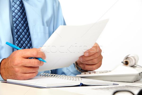 Ręce człowiek papieru arkusza rachunkowości pracy Zdjęcia stock © Kurhan