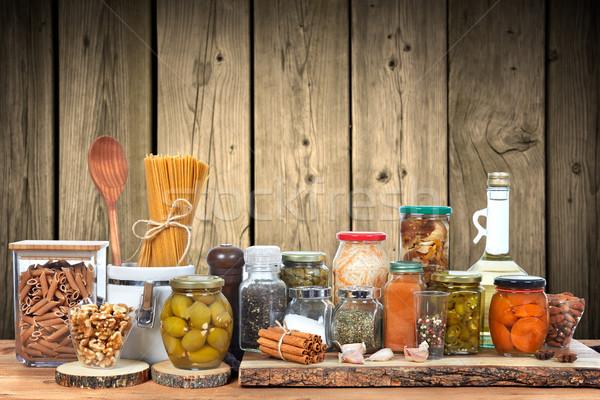 Ogórki konserwowe jar warzyw szkła żywności tabeli Zdjęcia stock © Kurhan