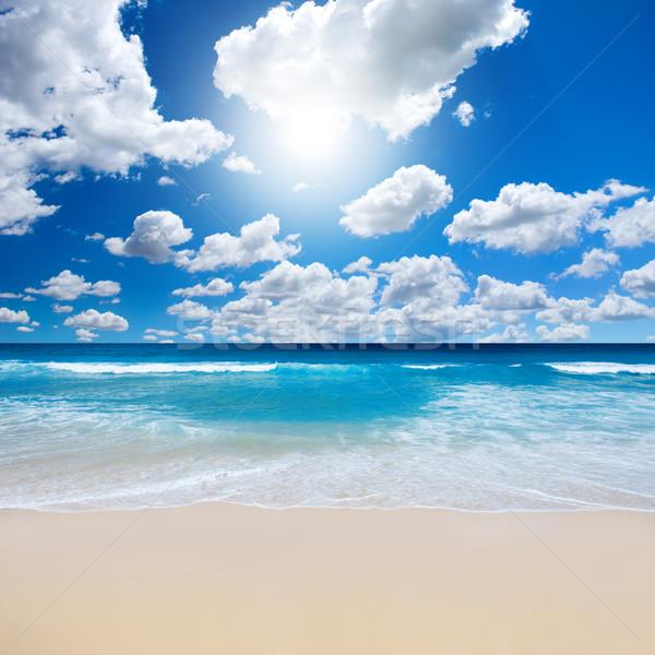Káprázatos tengerpart tájkép nyáridő égbolt felhők Stock fotó © kwest