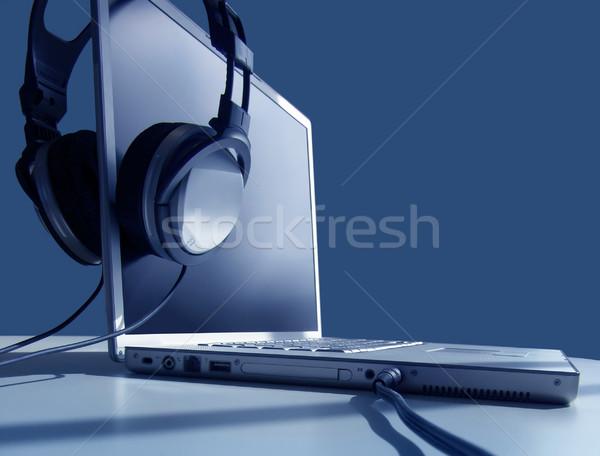 Portátil escuchar auriculares tecnología azul sonido Foto stock © kwest