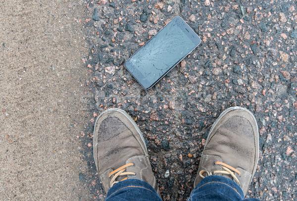 Telefoon gebroken scherm asfalt iemand weg Stockfoto © kyolshin