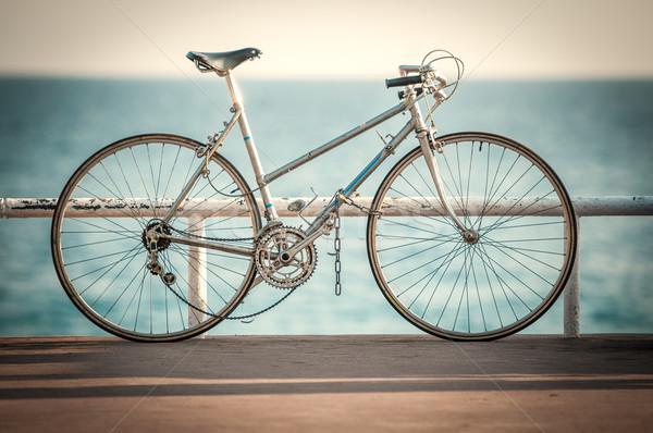 Oude fiets zee kant sport Stockfoto © kyolshin
