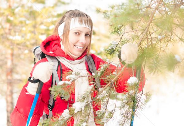 Jonge vrouw skiën bos winter mooi meisje Stockfoto © kyolshin