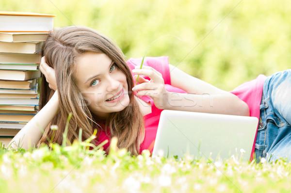 счастливым студент девушки трава портативного компьютера красивой Сток-фото © kyolshin