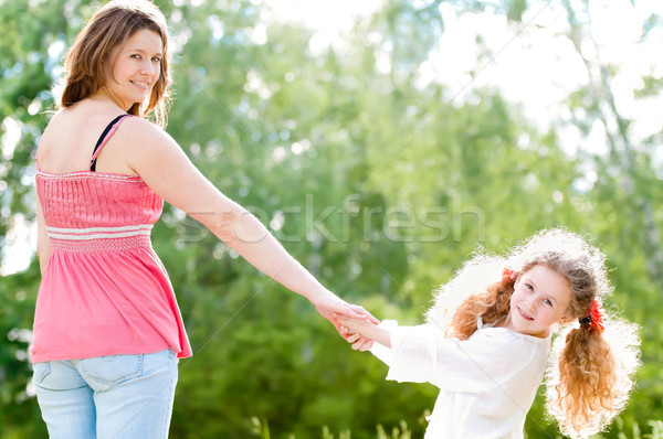 Stok fotoğraf: Genç · anne · yürüyüş · kız · güzel · mutlu