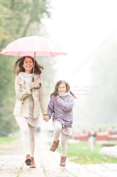 Mère fille parapluie marche parc heureux Photo stock © kyolshin
