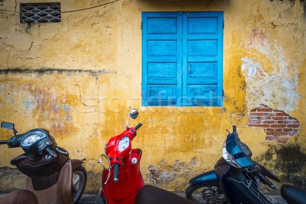 Biciklik épület koszos fal csetepaté citromsárga Stock fotó © kyolshin