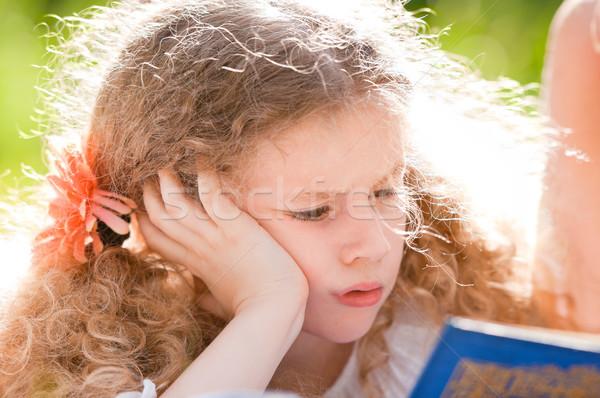 Güzel küçük kız okuma kitap küçük ciddi Stok fotoğraf © kyolshin