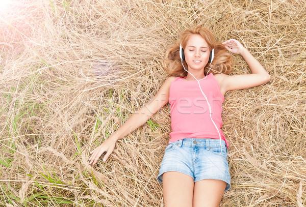Fiatal csinos nő fejhallgató széna gyönyörű lány megnyugtató Stock fotó © kyolshin