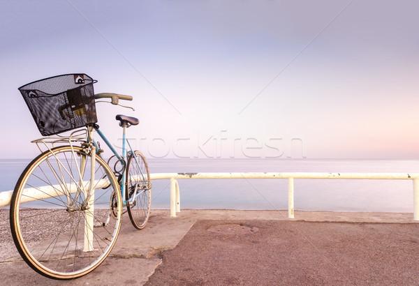 Oude fiets zee kant vintage Stockfoto © kyolshin