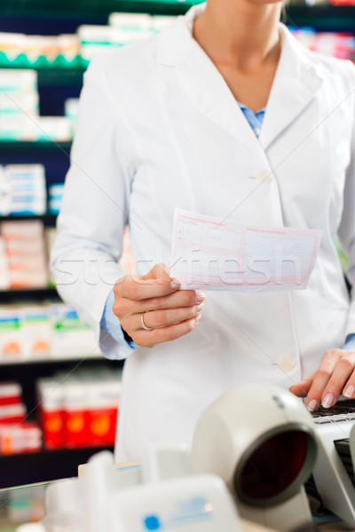 Homme pharmacien caissier pharmacie permanent Photo stock © Kzenon