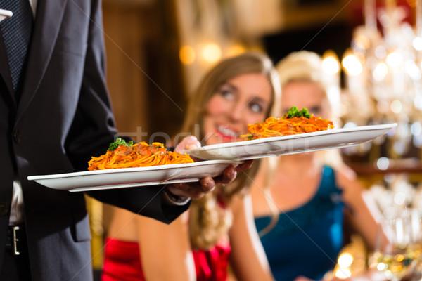 De ober geserveerd diner restaurant goede vrienden Stockfoto © Kzenon