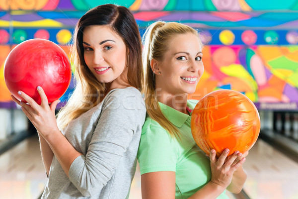 Młodych kobiet gry bowling młodych ludzi znajomych Zdjęcia stock © Kzenon