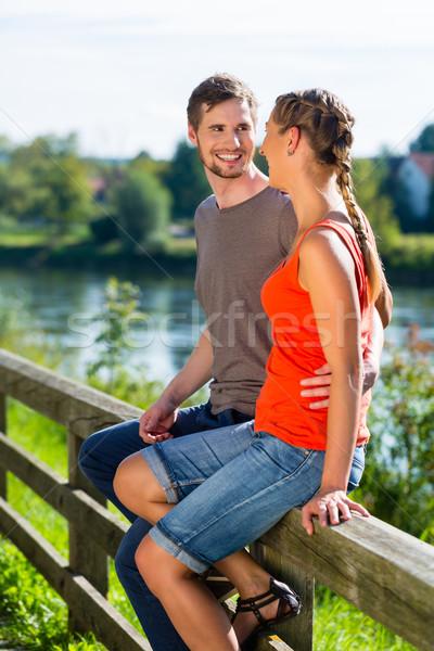 пару сидят берег реки лет Дунай расслабляющая Сток-фото © Kzenon