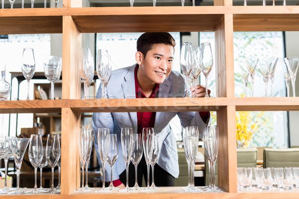 Férfi vásárol szemüveg háztartás otthon üveg Stock fotó © Kzenon