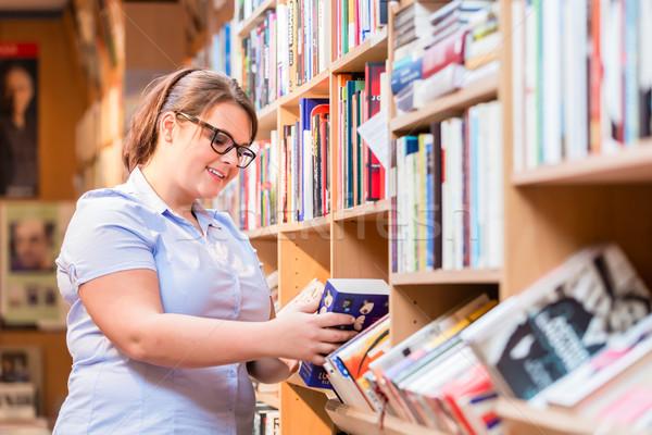 Mujer librería mirando libro Foto stock © Kzenon