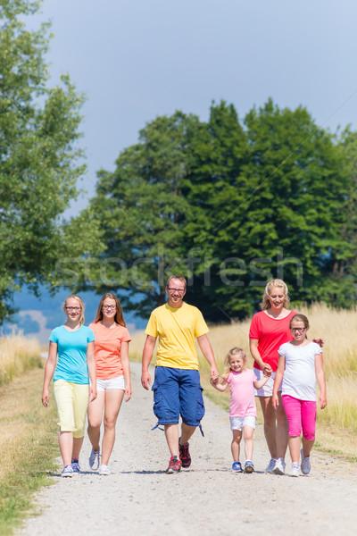 Famiglia piedi percorso boschi ragazza bambini Foto d'archivio © Kzenon