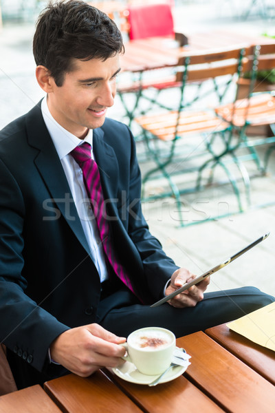 Foto stock: Empresario · lectura · información · tableta · potable