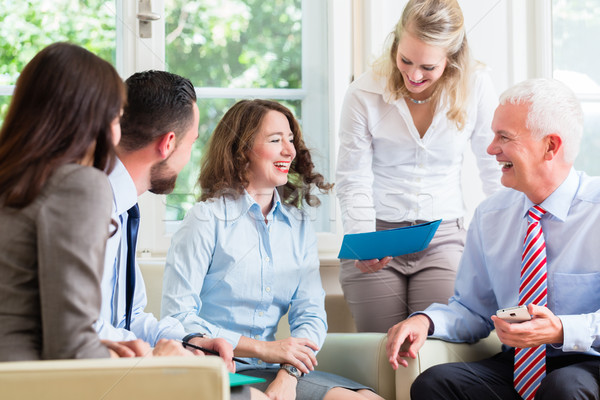 Afaceri femei bărbaţi birou prezentare Imagine de stoc © Kzenon
