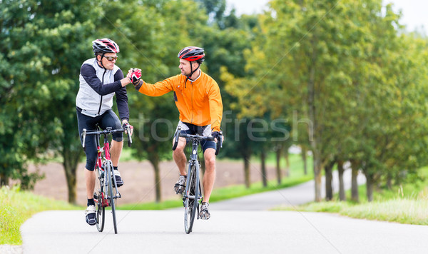 Versenyzés biciklisták sport pacsi fitnessz edzés Stock fotó © Kzenon