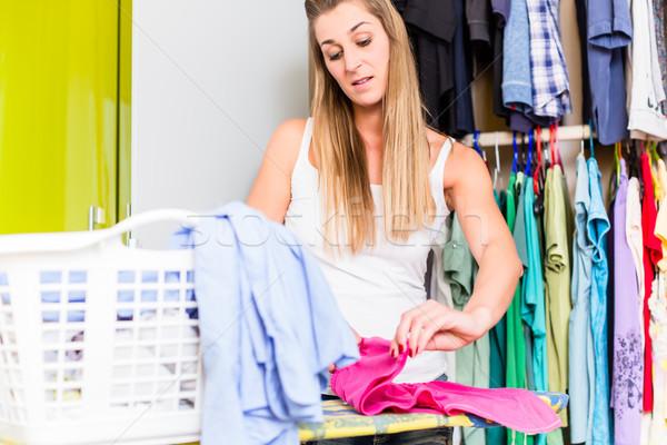Mujer armario dormitorio lavandería limpio familia Foto stock © Kzenon