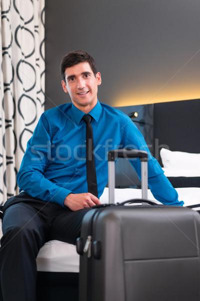 üzletember érkezés hotelszoba szoba terv hotel Stock fotó © Kzenon
