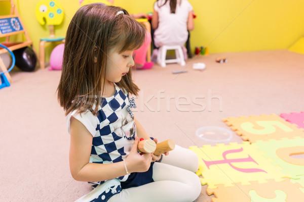 Cute meisje naar kleurrijk puzzel Stockfoto © Kzenon