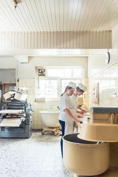 Ampia view pane produzione panetteria due donne Foto d'archivio © Kzenon