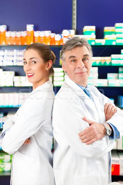 Equipo farmacia dos pie farmacia estantería Foto stock © Kzenon