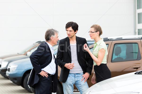 Para patrząc samochodu sprzedawca dojrzały mężczyzna Zdjęcia stock © Kzenon